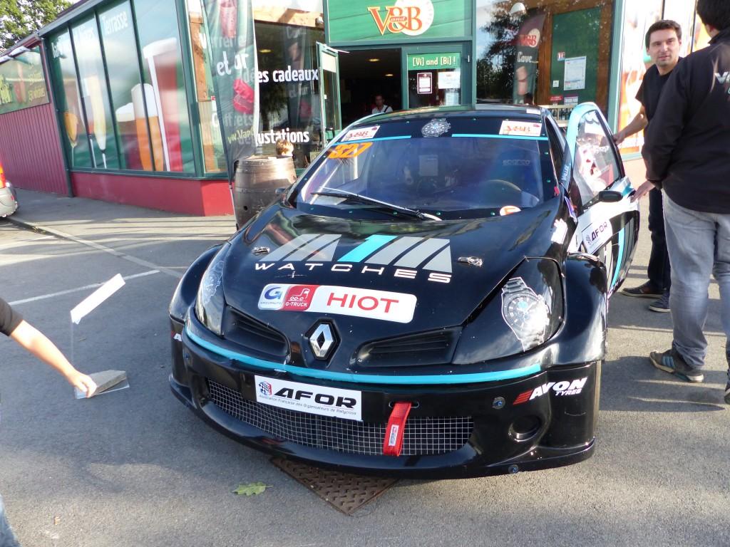 Exposition de la voiture de course devant le magasin d'un partenaire : V&B Redon